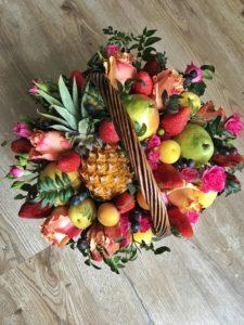 Букет из фруктов и цветов на Новый год в Тюмени
