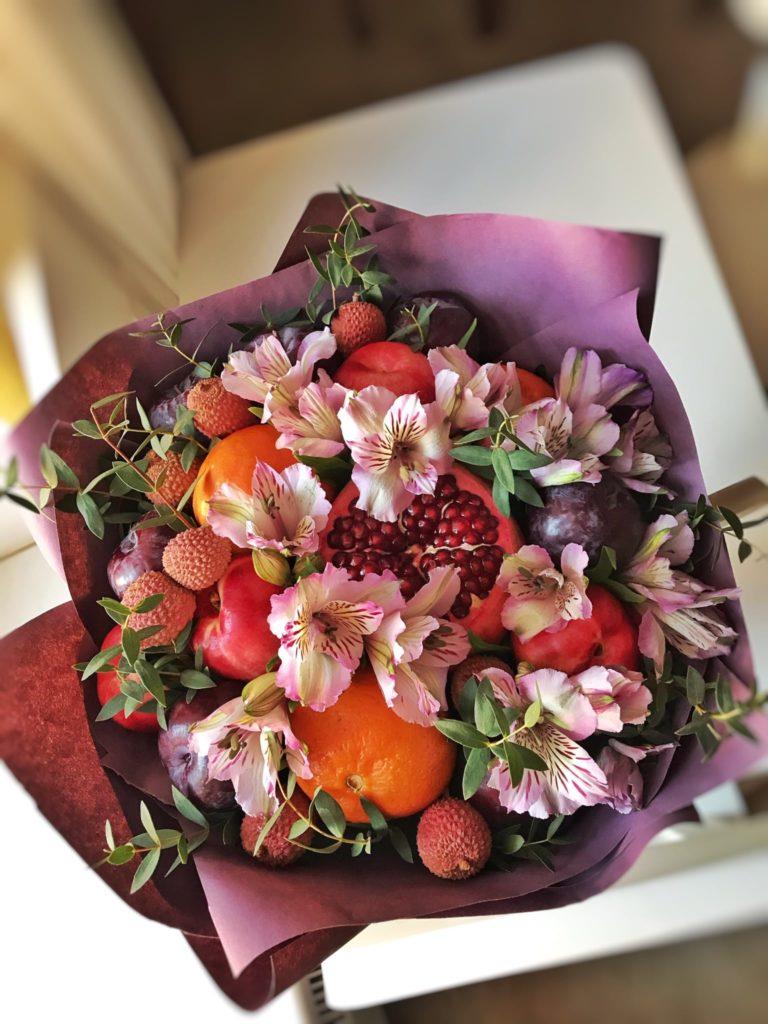 Фруктовые букеты с цветами Тюмень